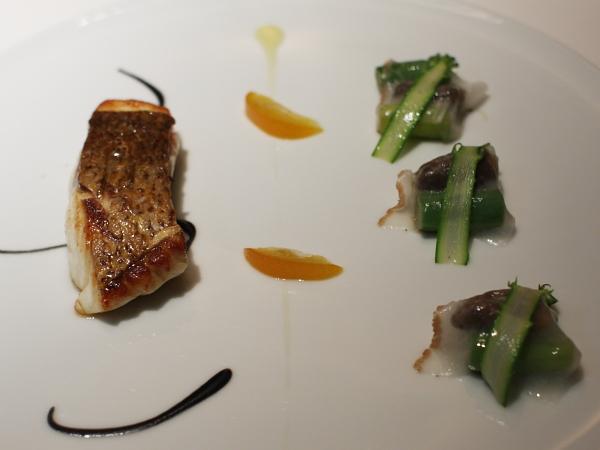 鯛のポワレ モリーユ茸とアスパラガス コロナータのラルド