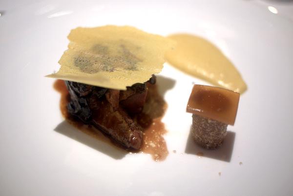 ブレス産鳩肉のカカオ風味、茄子のブレゼとポレンタのクリスティアン 鳩モモ肉のカイエット