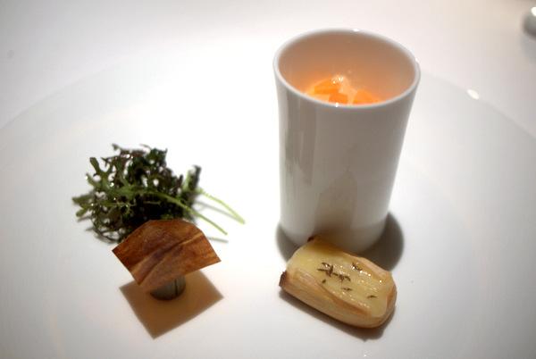 トーストとクミン風味のマンステール、ゲヴェルツトラミネールのジュレ ブルードヴェルニュとプルーンシート ミモレットの薄切り
