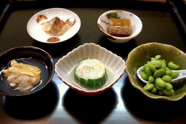 枝豆、鯛の肝ゼリーよせ、鯛の味噌漬炙り、桑名のはまぐりの椀、鯛の胡瓜巻き