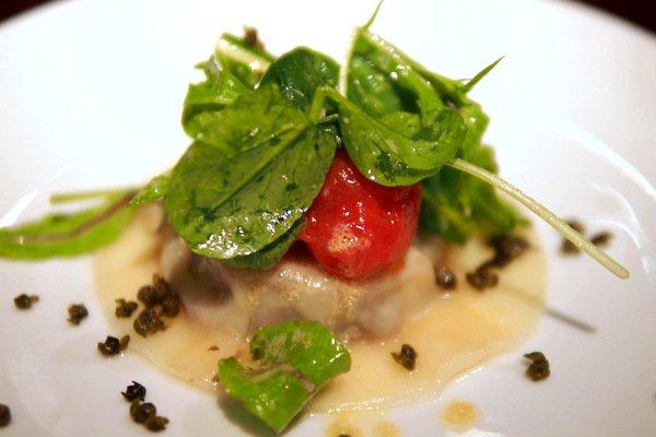 牧草牛ラビオリスモークトマトとチャイブのサラダ