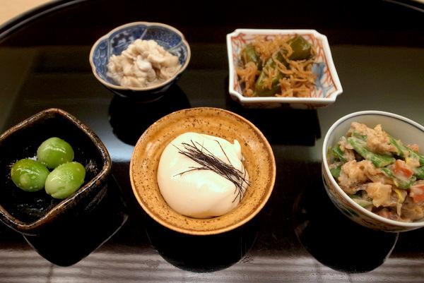 酒肴(銀杏、生湯葉、ピーナッツ茸あえ、くるみとインゲン、岩科の唐辛子とジャコ、ハモの白子)