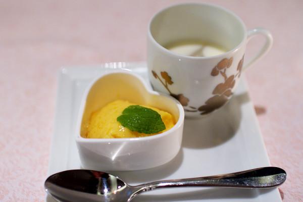 一笑美茶樓特製デザート(マンゴープリンと杏仁豆腐)
