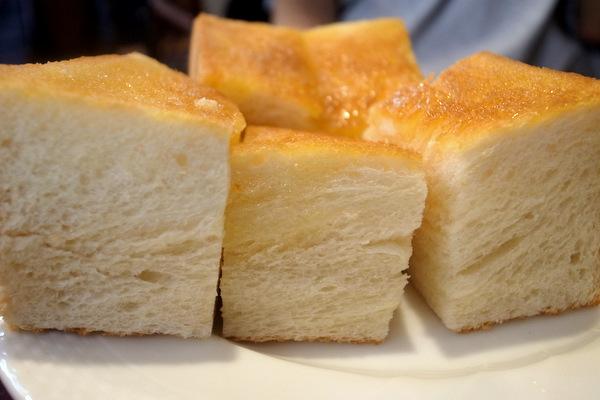 分厚いトーストの断面