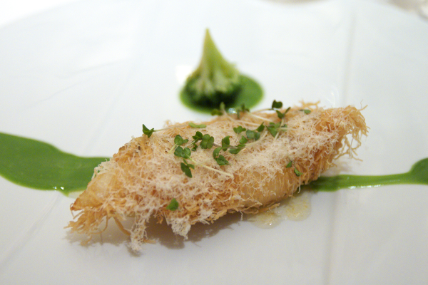 カダイフを纏った的鯛の軽やかなフリット ブロッコリーのクーリとレモンのコンフィチュール